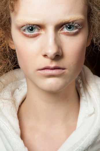 Try an ice queen inspired make-up. It's original and sophisticated. (Alexander McQueen, FW 2015)